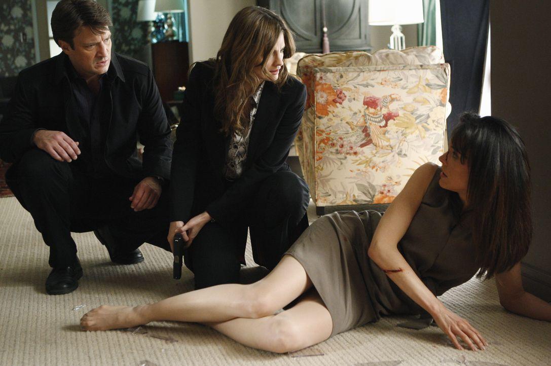 Anfangs will Monica Wyatt (Liz Vassey, r.) Castle (Nathan Fillion, l.) und Beckett (Stana Katic, M.) nicht erzählen, wer sie so zugerichtet hat. Wir... - Bildquelle: ABC Studios