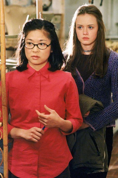 Noch sind sich Lane (Keiko Agena, l.) und Rory (Alexis Bledel, r.) nicht sicher, ob es wirklich eine gute Idee war, Emily in den Antiquitäten Laden... - Bildquelle: 2000 Warner Bros.