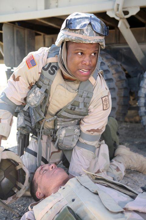 Versucht vergeblich einen Soldaten im Irak zu retten: Dr. Michael Gallant (Sharif Atkins, r.) ... - Bildquelle: Warner Bros. Television