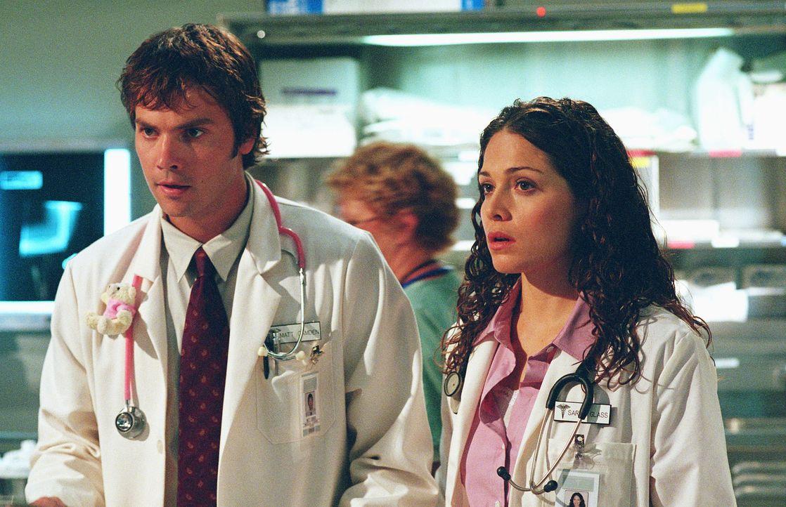 Matt (Barry Watson, l.) und Sarah (Sarah Danielle, r.) haben nicht nur Stress in der Klinik, auch ihre Eheprobleme machen den beiden zu schaffen. - Bildquelle: Paul McCallum The WB Television Network