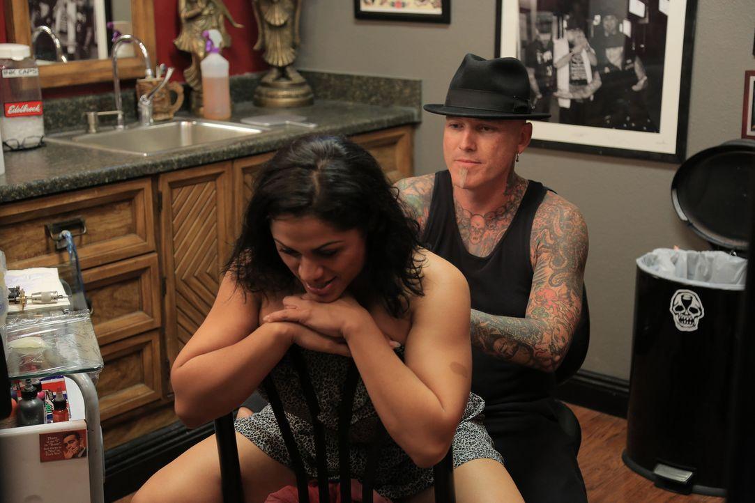 Fitness-Model Vanessa (l.) begibt sich in die erfahrenen Hände von Dirk (r.), um ihr Tattoo, das ihr bei so manchen Jobs in die Quere kommt, korrigi... - Bildquelle: 2013 A+E Networks, LLC