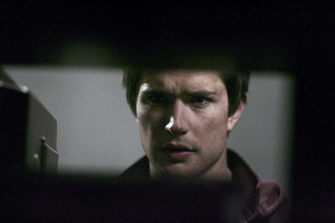 Mysteriöse Visionen: Kyle (Matt Dallas) kommt dem Geheimnis seiner Herkunft in den verlassenen Gebäuden von Zzyzx immer näher ... - Bildquelle: TOUCHSTONE TELEVISION