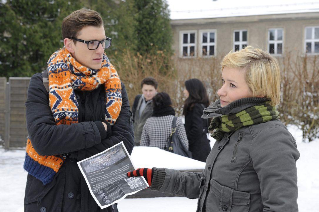Emma (Kasia Borek, r.) ist schockiert, als sie erfährt, dass Hotte (Dennis Schigiol, l.) Geister befragen will ... - Bildquelle: SAT.1
