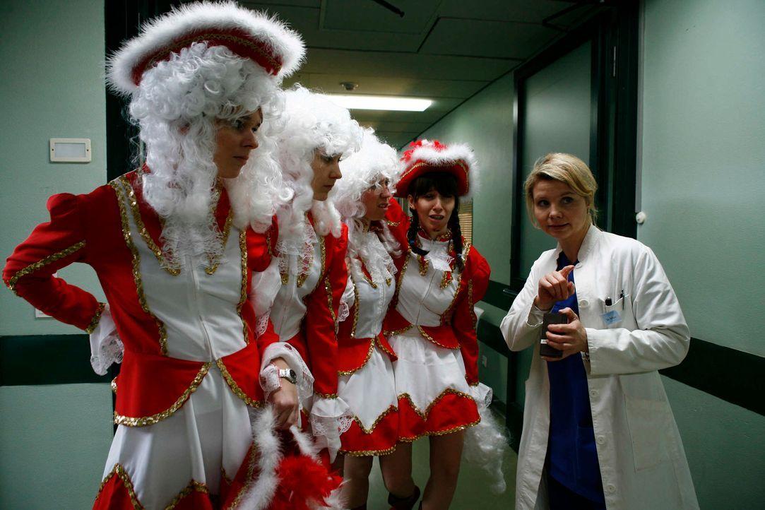 Rosenmontag ist einer der Horrortage im Leben der quirligen Stationsärztin Sarah Sellner (Annette Frier, r.). Ausgerechnet an diesem Tag ertappt sie... - Bildquelle: Volker Roloff SAT.1