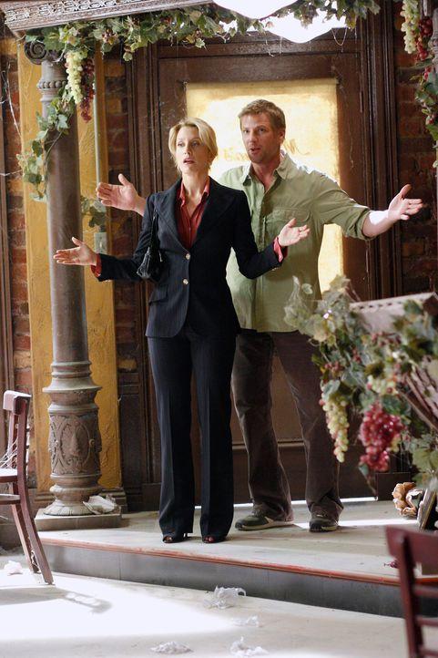 Lynette (Felicity Huffman, l.) kann nicht glauben, das Tom (Doug Savant, r.) ein altes heruntergekommenes Haus mit Lokal darin gemietet hat ... - Bildquelle: 2005 Touchstone Television  All Rights Reserved