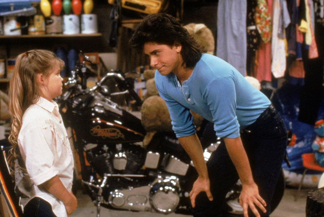 Als D.J. (Candace Cameron, l.) es mit Jesse (John Stamos, r.), Joey und ihrem Vater Danny nicht mehr aushält, trifft sie eine Entscheidung ... - Bildquelle: Warner Brothers Inc.