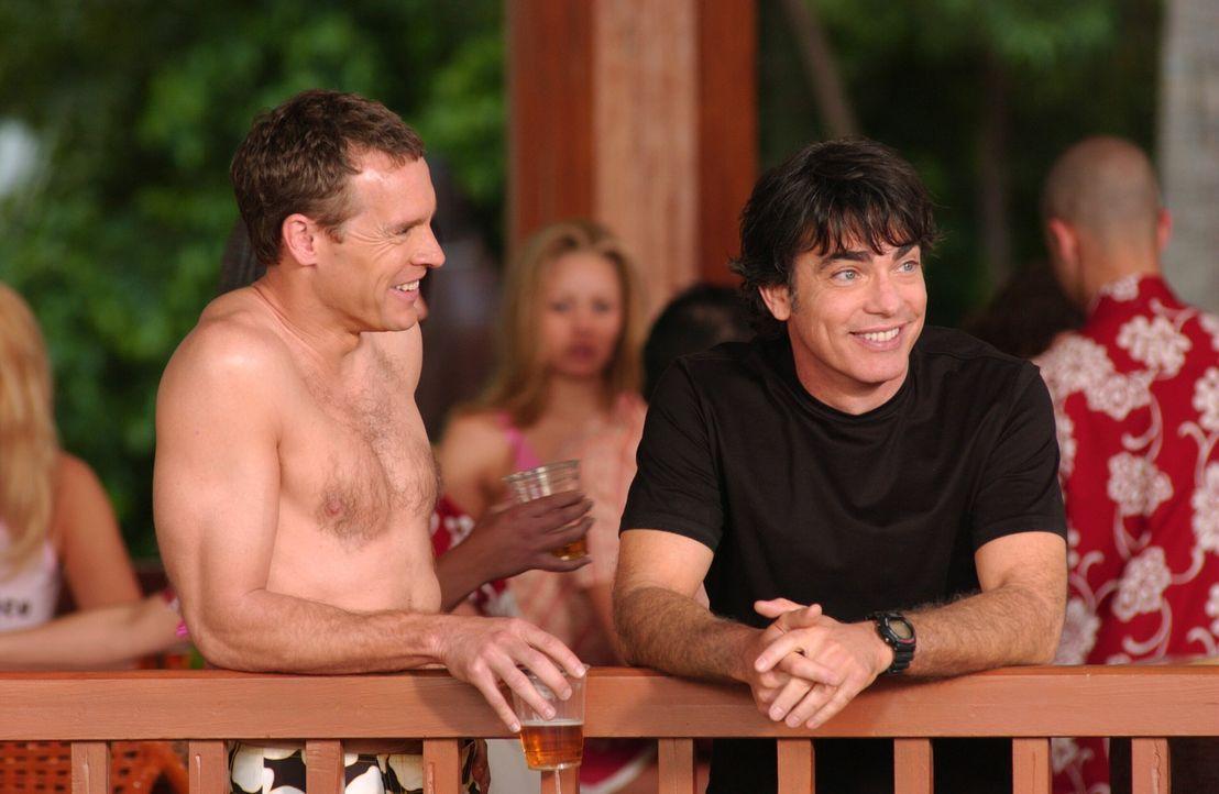 Noch können Jimmy (Tate Donovan, l.) und Sandy (Peter Gallagher, r.) den Aufenthalt in Las Vegas genießen ... - Bildquelle: Warner Bros. Television