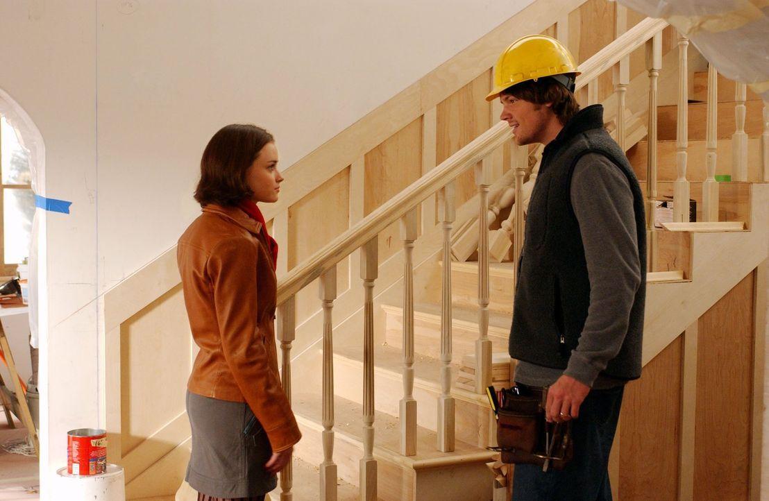 Nachdem Rory (Alexis Bledel, l.) erkältet war, packt Paris die Angst, weil sie auf keinen Fall krank werden will. Doch Rory macht sich viel mehr Ged... - Bildquelle: 2003 Warner Bros.