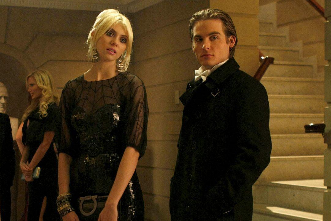 Wie bekommen die beiden (v.l.:Taylor Momsen, Kevin Zegers) nur ihre Jacke wieder zurück, um den Deal abzuschließen? - Bildquelle: Warner Brothers