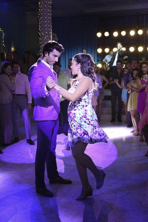 Wie geht es mit Rafael (Justin Baldoni, l.) und Jane (Gina Rodriguez, r.) weiter? - Bildquelle: 2014 The CW Network, LLC. All rights reserved.