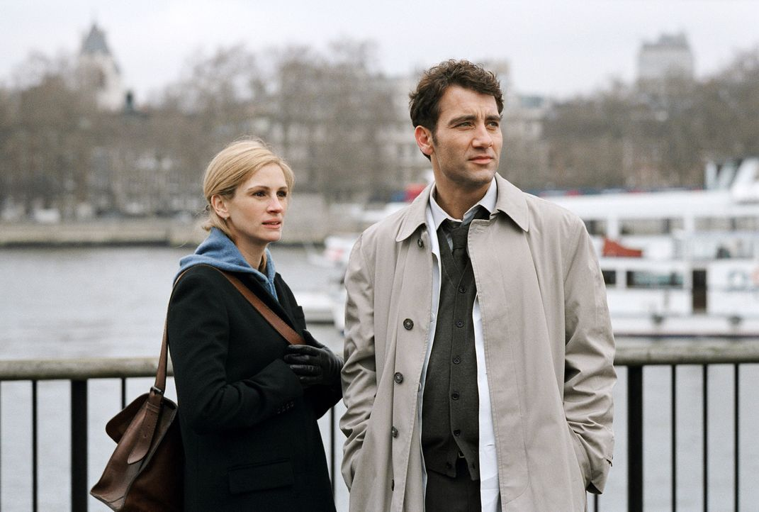 Stecken in einem Verwirrspiel der Gefühle: Larry (Clive Owen, r.) und Anna (Julia Roberts, l.) ... - Bildquelle: Sony Pictures Television International. All Rights Reserved.