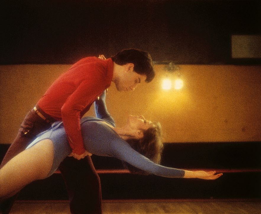 Als Tony Manero (John Travolta, l.) Stephanie (Karen Lynn Gorney, r.) für einen Tanzwettbewerb als Partnerin gewinnt, hofft er, sich eine bessere Z... - Bildquelle: Paramount Pictures
