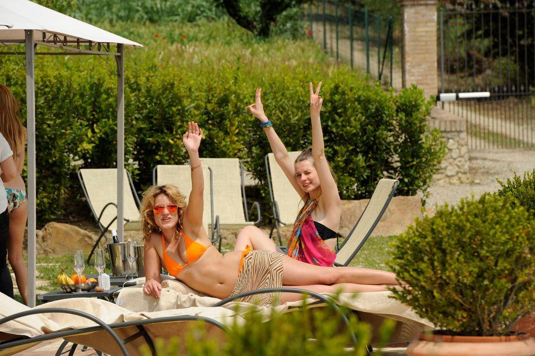 Die Mädels, die kein Date haben, genießen die Zeit am Pool ... - Bildquelle: Martin Rottenkolber ProSieben