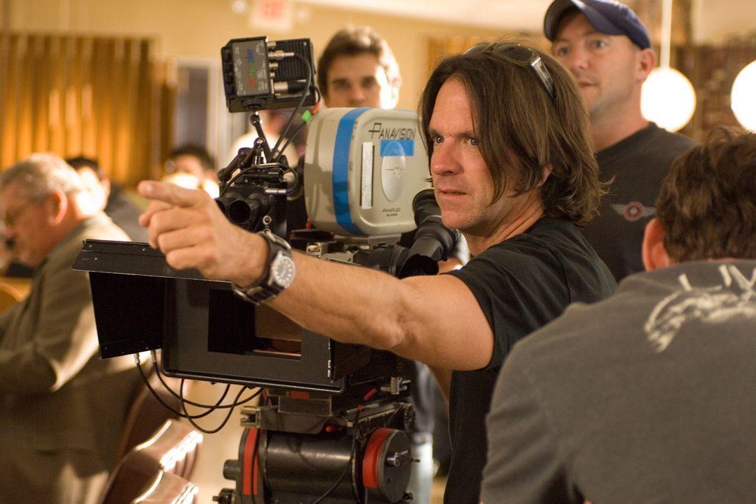 Kameramann Paul Cameron beim Dreh ... - Bildquelle: 2007 Warner Brothers