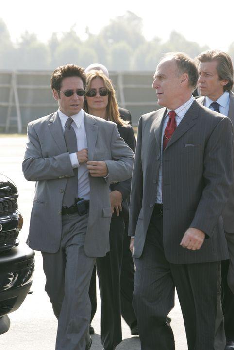 Nach und nach kommen Don (Rob Morrow, vorne l.) und sein Team dahinter, dass der Sohn des Firmeninhabers, Malcolm Galway, seinen Vater (Richard Fanc... - Bildquelle: Paramount Network Television