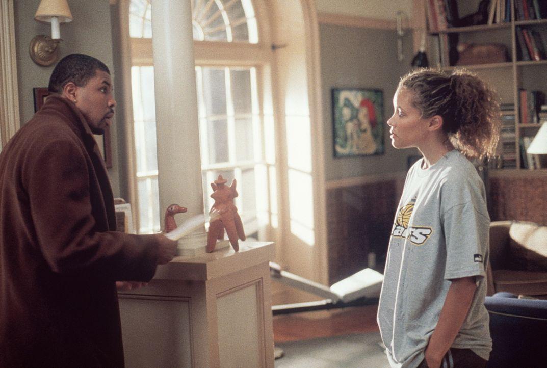 Benton (Eriq LaSalle, l.) gesteht Cleo (Michael Michele, r.), dass er aus beruflichen Gründen Chicago verlassen muss. - Bildquelle: TM+  2000 WARNER BROS.