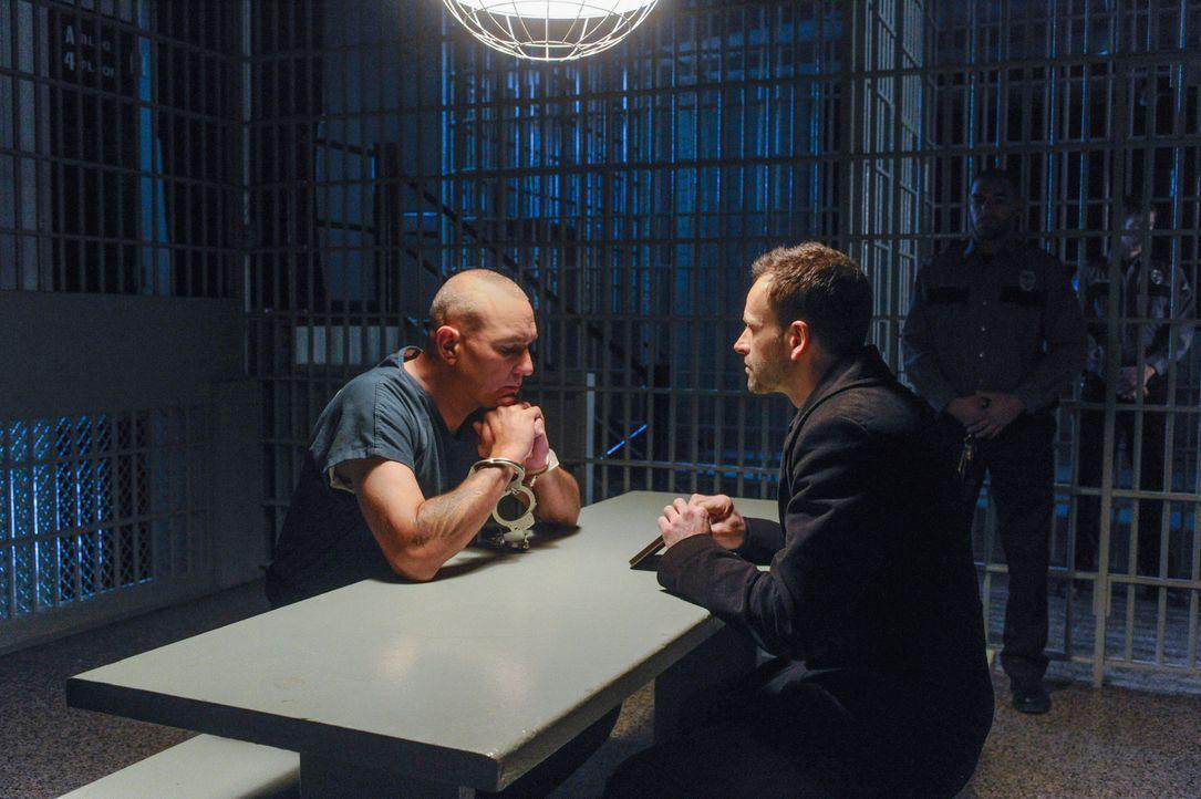 Sherlock Holmes (Jonny Lee Miller, r.) setzt seine Jagd auf Moriarty fort, als er von Sebastian Moran (Vinnie Jones, l.) erfährt, dass ein Mann, der... - Bildquelle: CBS Television