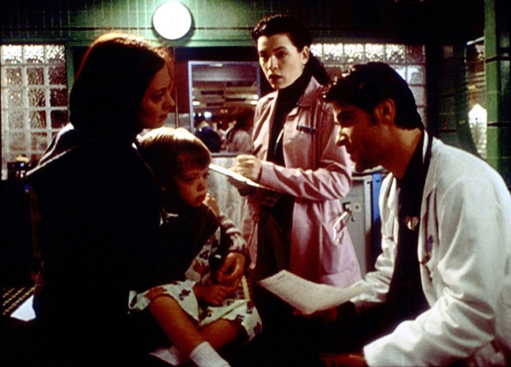 Dr. Kovac (Goran Visnjic, r.) sieht keine Notwendigkeit dafür, dass der kleine Conner operiert wird. Hathaway (Julianna Margulies, 2.v.r.) hegt eine... - Bildquelle: TM+  2000 WARNER BROS.