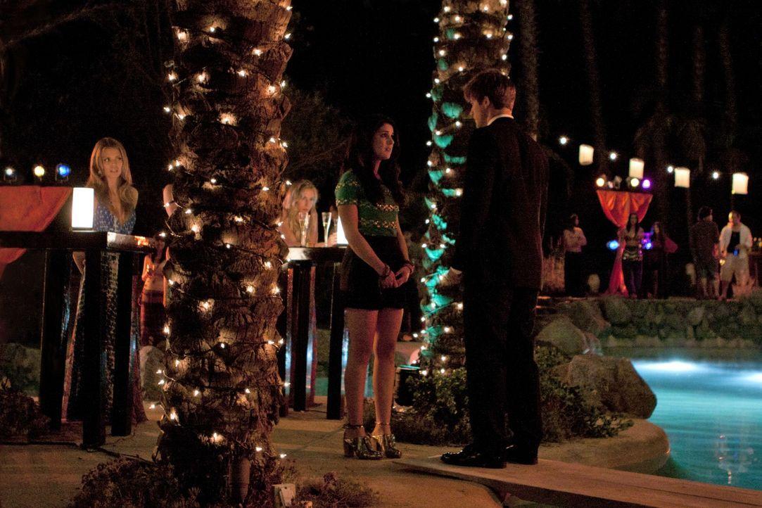 Die ganzen Sommerferien hat er sich bei Annie (Shenae Grimes, l.) nicht gemeldet, nun steht Liam (Matt Lanter, r.) vor ihr ... - Bildquelle: TM &   2011 CBS Studios Inc. All Rights Reserved.