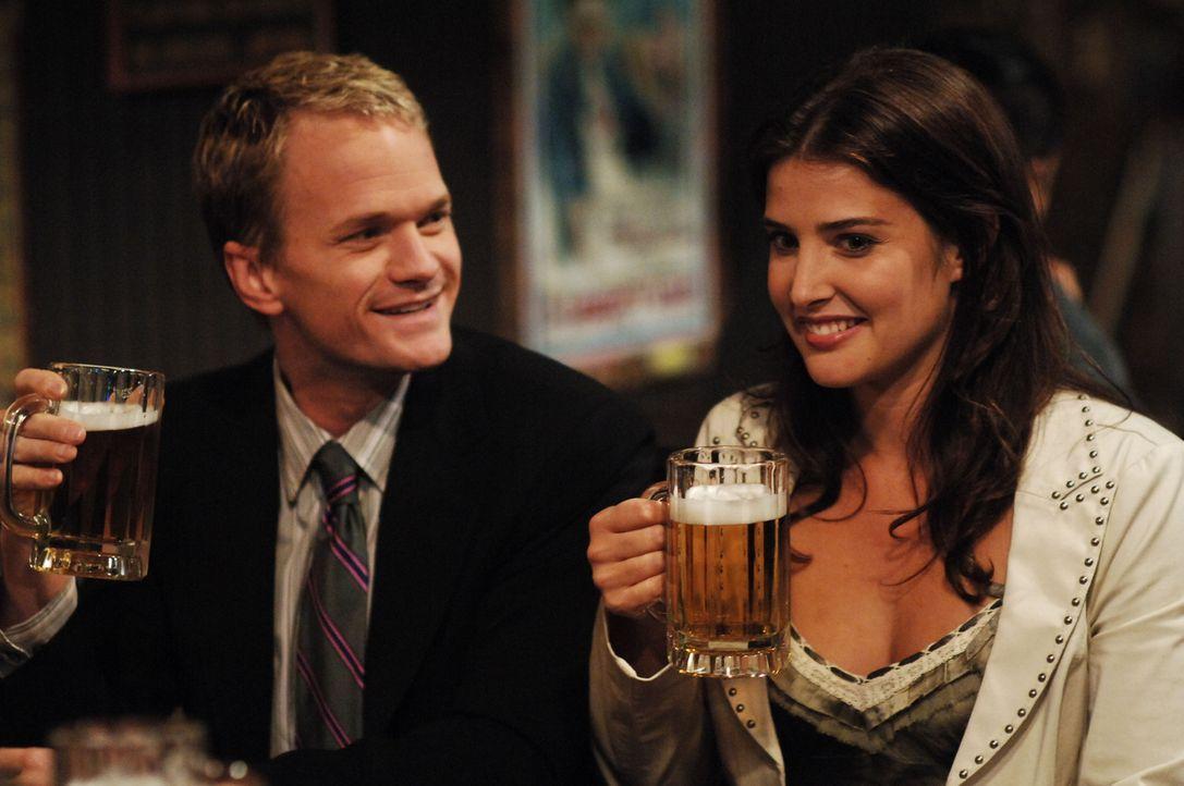 Ted schmeißt eine Party, um Robin (Cobie Smulders, r.) näher zu kommen. Barney (Neil Patrick Harris, l.) lässt sich dieses Fest natürlich nicht entg... - Bildquelle: 20th Century Fox International Television
