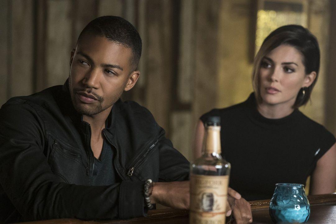 Noch ahnt Sofya (Taylor Cole, r.) nicht, wie schlimm es um Marcel (Charles Michael Davis, l.) steht ... - Bildquelle: 2016 Warner Brothers