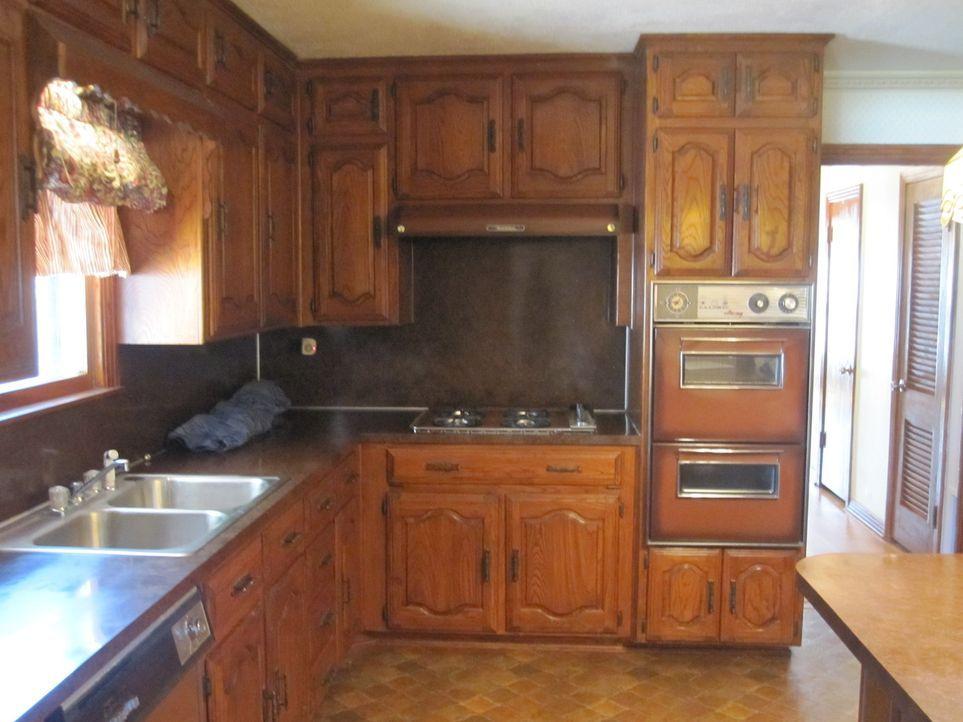 In dieser dunklen, tristen Küche will keiner mehr kochen, aber Hilfe naht ... - Bildquelle: 2015, HGTV/ Scripps Networks, LLC.  All Rights Reserved.