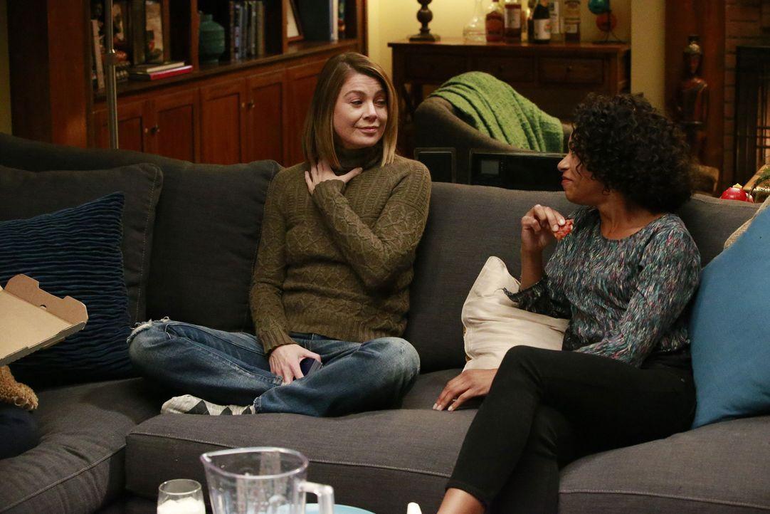 Nach ihrem traumatischen Überfall kümmern sich ihre Kollegen um Meredith (Ellen Pompeo, l.), während Maggie (Kelly McCreary, r.) und Callie eine ris... - Bildquelle: Michael Hassan ABC Studios