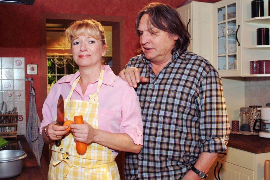 Helga (Ulrike Mai, l.) fleht Bernd (Volker Herold, r.) an, sich nicht aufzugeben. - Bildquelle: Monika Schürle Sat.1