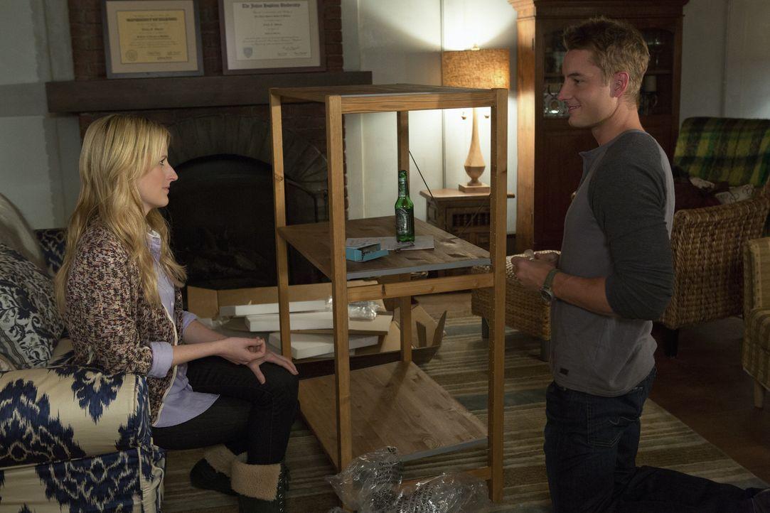 Will (Justin Hartley, r.) erklärt sich bereit, Emily (Mamie Gummer, l.) beim Aufbau eines Regales zu helfen. Wird er die Situation nutzen, um mit ih... - Bildquelle: 2012 The CW Network, LLC. All rights reserved.