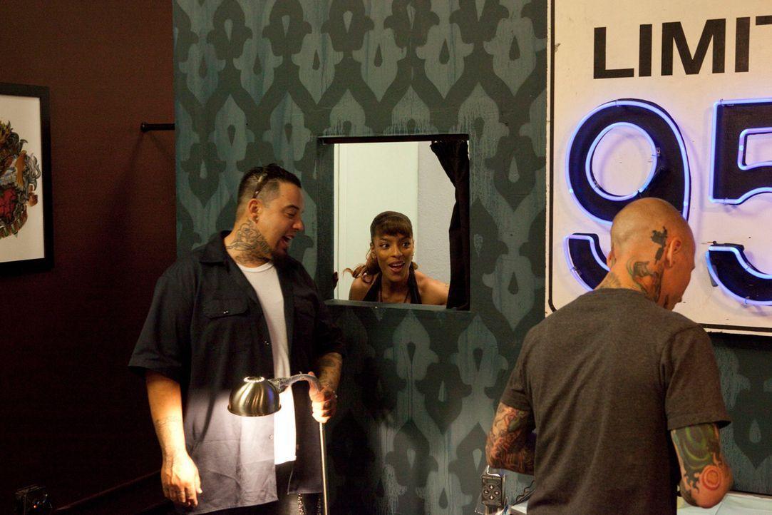"""Befreien in """"Tattoo Nightmares"""" unglückliche Kunden von ihren Tattoo-Sünden: Tommy Helm (r.), Big Gus (l.) und Jasmine Rodriguez (M.) - Bildquelle: 2012 Spike Cable Networks Inc. All Rights Reserved."""