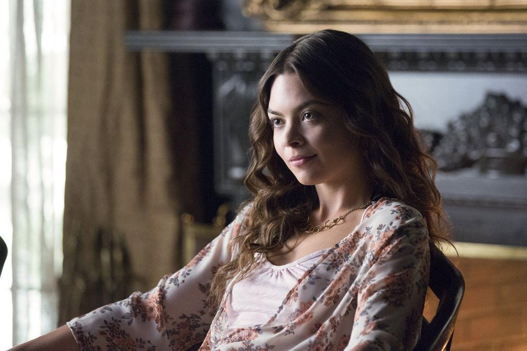 Während Nora (Scarlett Byrne) und ihre Familie sich in Mystic Falls einnisten, wartet Stefan darauf, dass Caroline sich endlich über ihre Gefühle kl... - Bildquelle: Warner Bros. Entertainment, Inc.