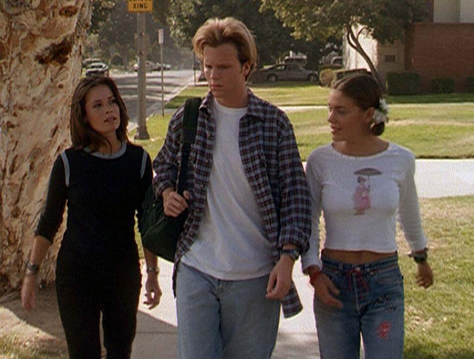 Piper (Holly Marie Combs, l.) und Phoebe (Alyssa Milano, r.) hoffen, dass Kyle (Jay Michael Ferguson, M.) den Kampf gegen die böse Hexe aufnehmen w... - Bildquelle: Paramount Pictures