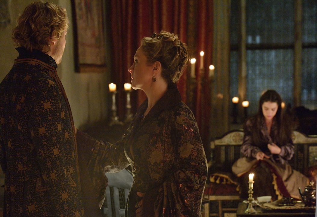 Nach einem Gewaltverbrechen versuchen Francis (Toby Regbo, vorne l.) und Catherine (Megan Follows, vorne r.), Mary (Adelaide Kane, hinten r.) Kraft... - Bildquelle: Ben Mark Holzberg 2014 The CW Network, LLC. All rights reserved.