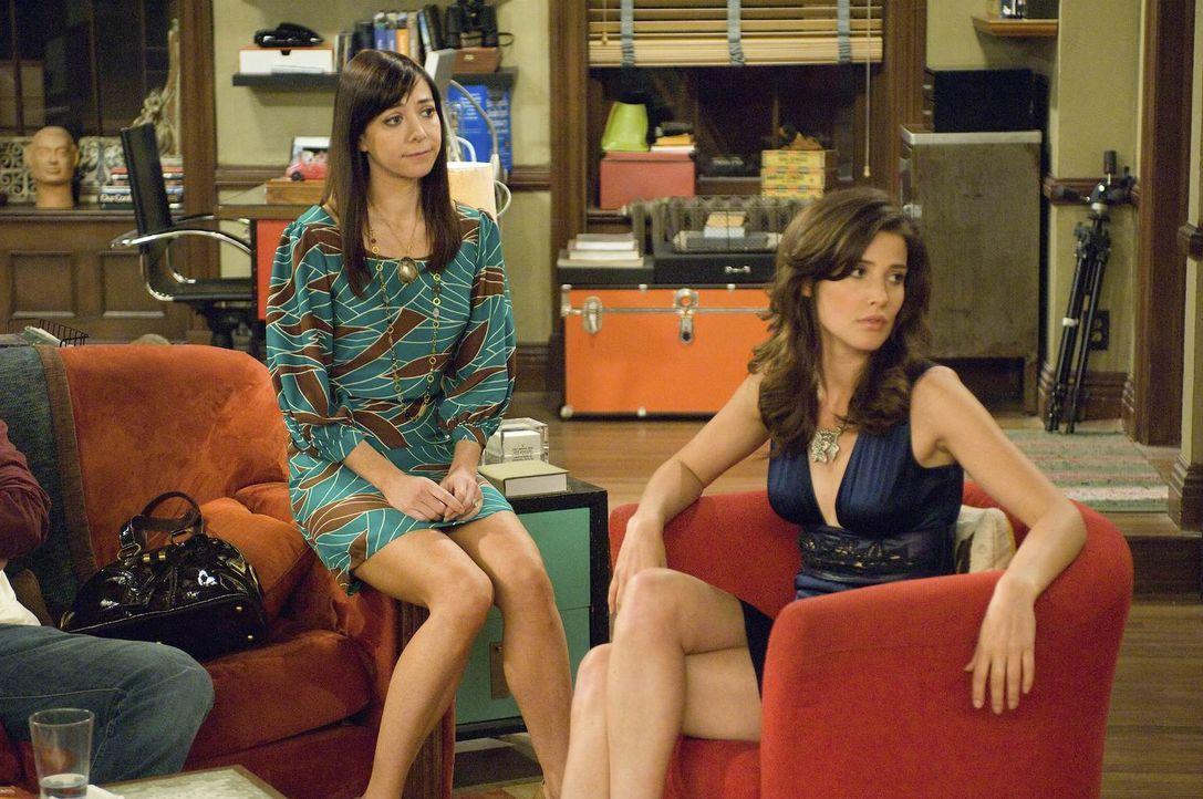 Robin (Cobie Smulders, r.) findet Simon immer noch ganz toll und verhält sich ihm gegenüber wie ein verliebter Teenie. Das gleiche kennen ihre Freun... - Bildquelle: 20th Century Fox International Television