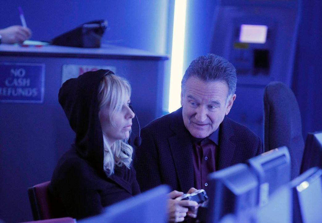 Als Simon (Robin Williams, r.) die verschiedenen Aufgaben im Büro durcheinanderbringt, bekommt Sydney (Sarah Michelle Gellar, l.) fälschlicherweise... - Bildquelle: 2013 Twentieth Century Fox Film Corporation. All rights reserved.