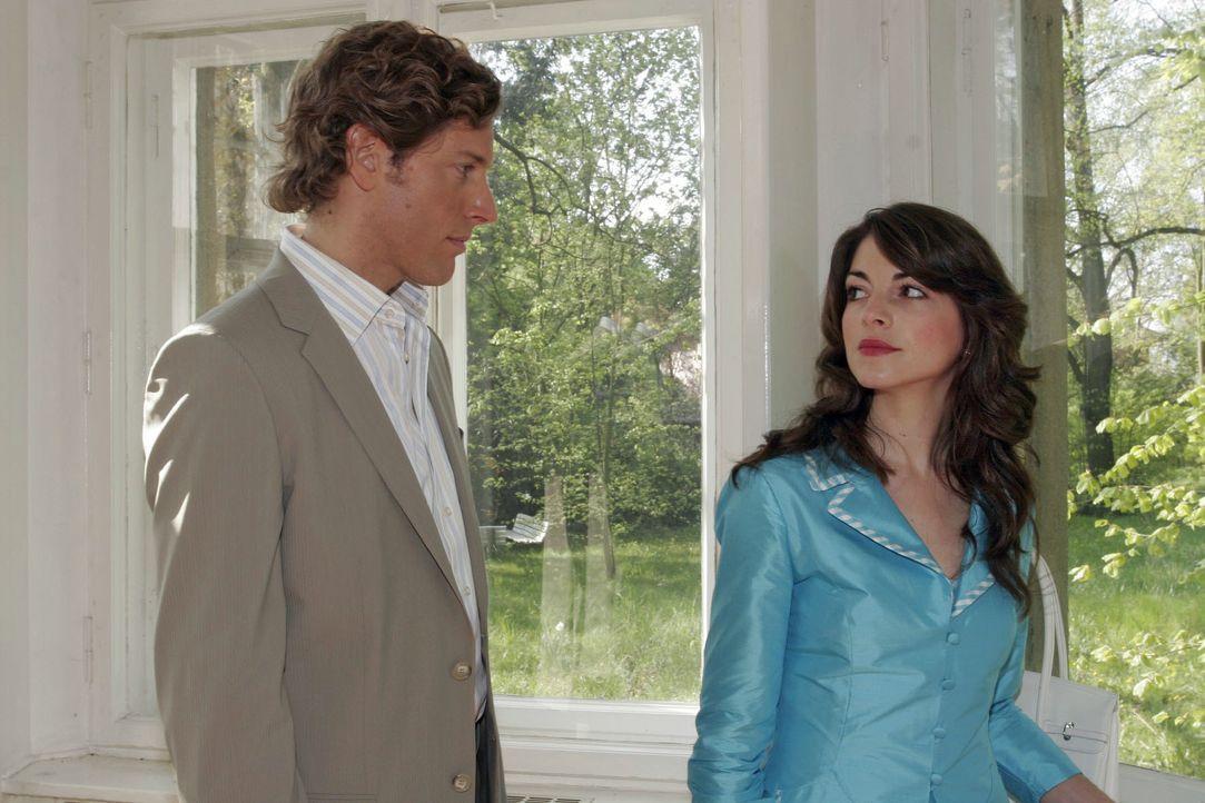Mariella (Bianca Hein, r.) findet in Lars van der Lohe (Clayton M. Nemrow, l.) einen sensiblen Zuhörer ... - Bildquelle: Noreen Flynn SAT.1 / Noreen Flynn
