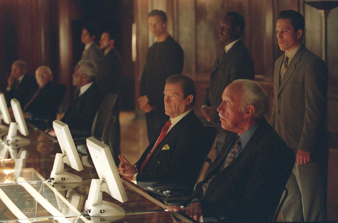 Beim Treffen der Allianz wird die Entscheidung zur Vergeltung abgelehnt - durch eine einzige Stimme, Edvard Poole (Roger Moore, 4.v.r.). - Bildquelle: Touchstone Television