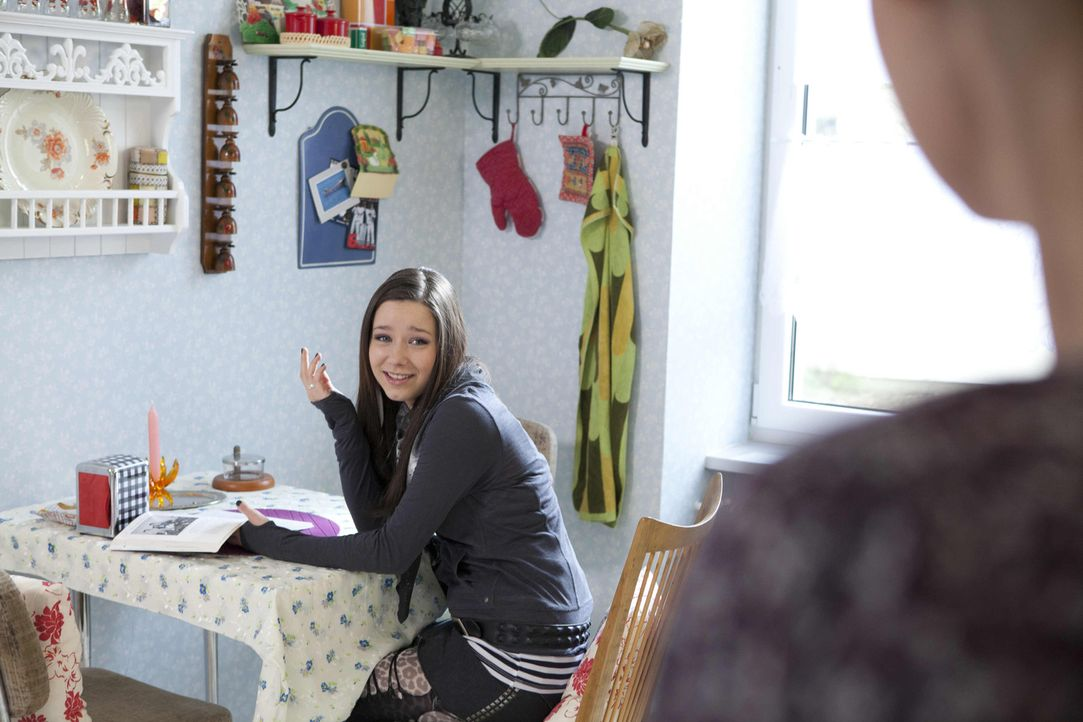 Luzi (Selina Müller, l.) weiß längst über Karins (Barbara Sotel, r.) Gefühle für Michael Bescheid. - Bildquelle: David Saretzki SAT.1