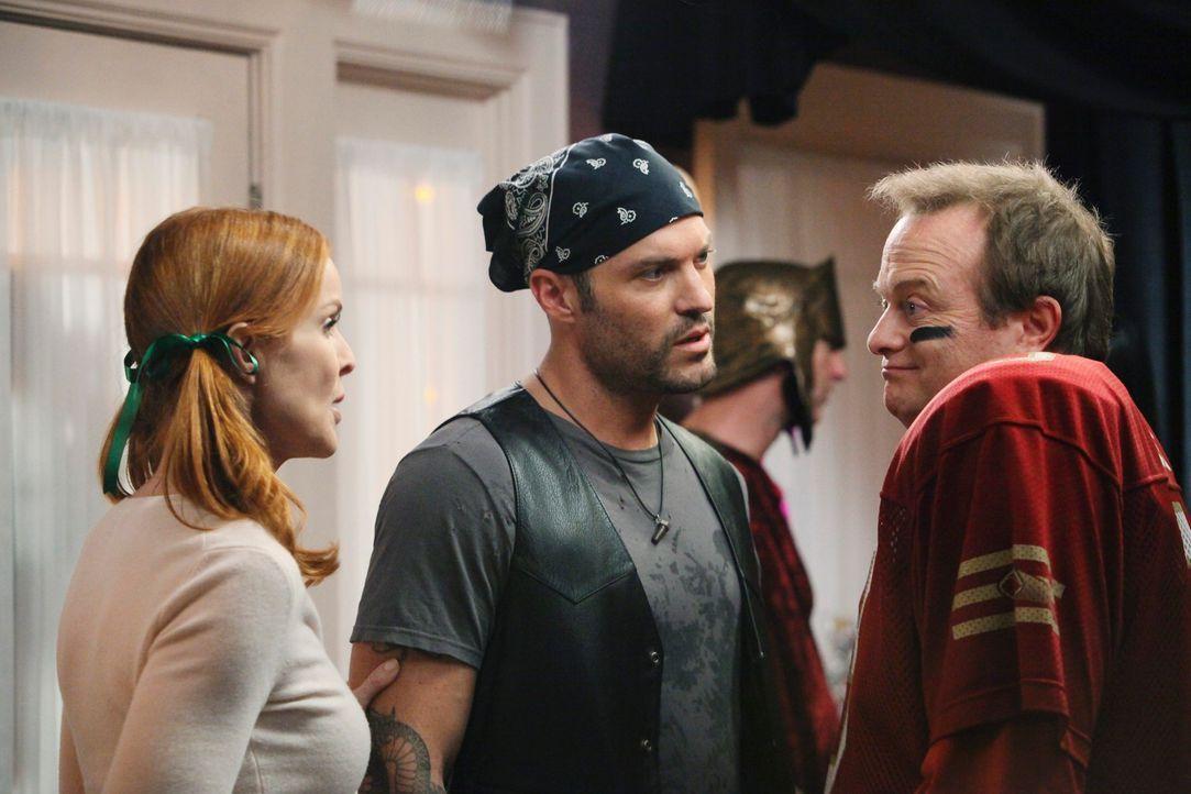 Renees Halloweenparty ist im vollen Gange. Bree (Marcia Cross, l.) wird plötzlich von einem Mann (Peter Breitmayer, r.) angemacht, der sie attraktiv... - Bildquelle: ABC Studios