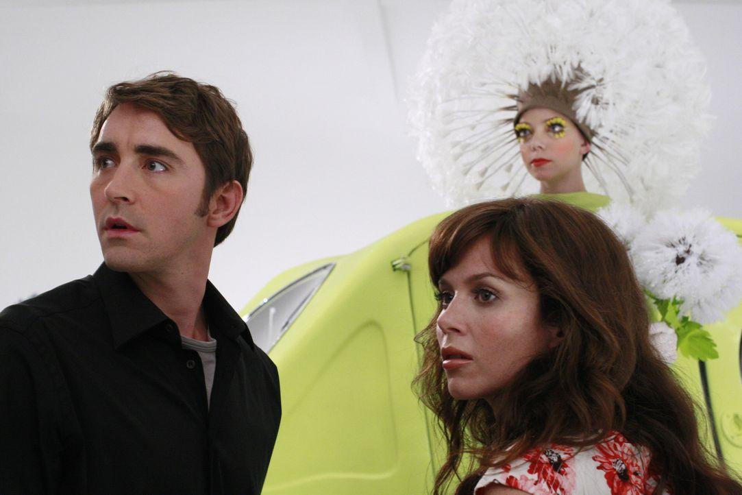 Chuck (Anna Friel, r.) und Ned (Lee Pace l.) machen sich auf die Suche nach einem Mörder. Doch der Fall ist äußerst kompliziert ... - Bildquelle: Warner Brothers