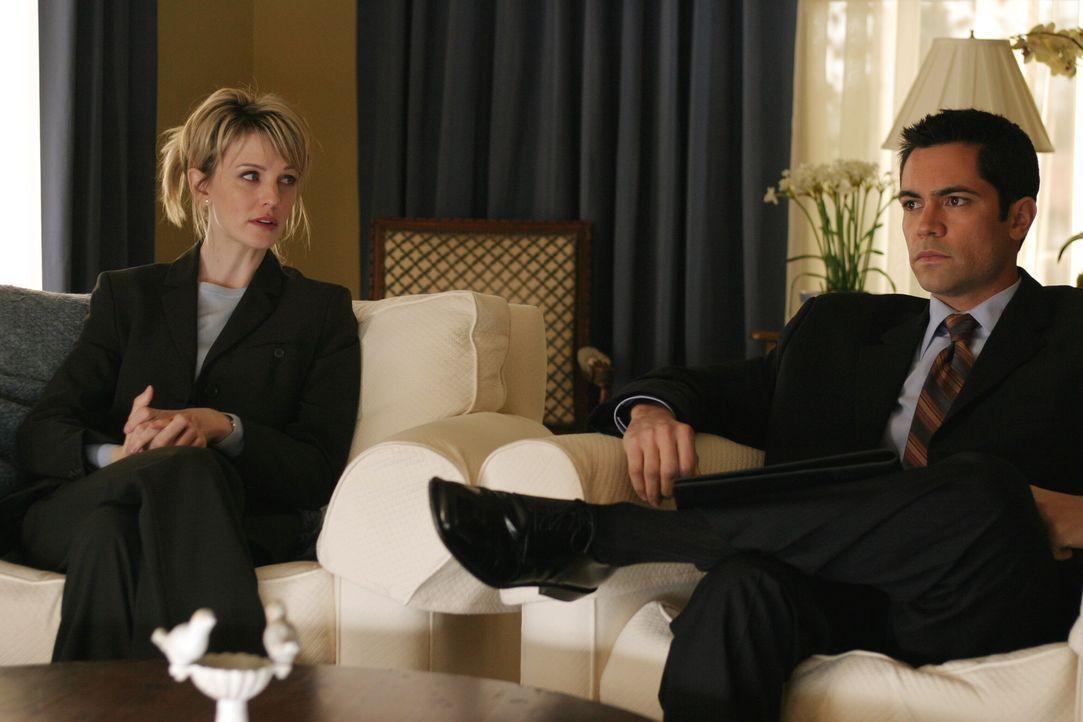 Auf der Suche nach der Wahrheit: Det. Lilly Rush (Kathryn Morris, l.) und Det. Scott Valens (Danny Pino, r.) fühlen einem Verdächtigen auf den Zahn... - Bildquelle: Warner Bros. Television