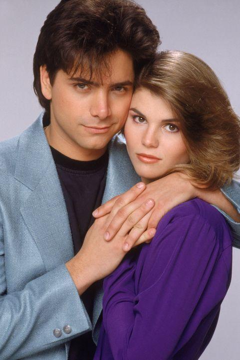 (3. Staffel) - Jesse (John Stamos, l.) und Becky (Lori Loughlin, r.) genießen ihre gemeinsame Zeit, aber im Tanner-Haushalt ist für romantische Zwei... - Bildquelle: Warner Brothers Inc.