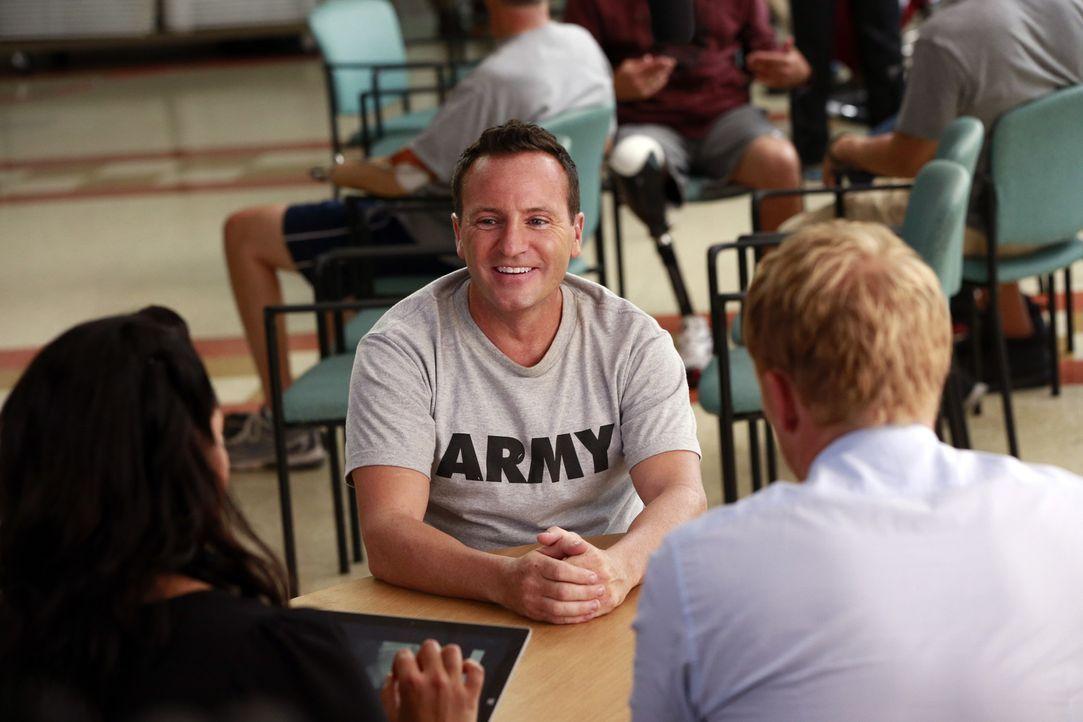 Charlies (Ben Bowen, M.) Traum könnte Dank Callie (Sarah Ramirez, l.) und Owen (Kevin McKidd, r.) Wirklichkeit werden, wenn seine Muskeln auf das ne... - Bildquelle: ABC Studios