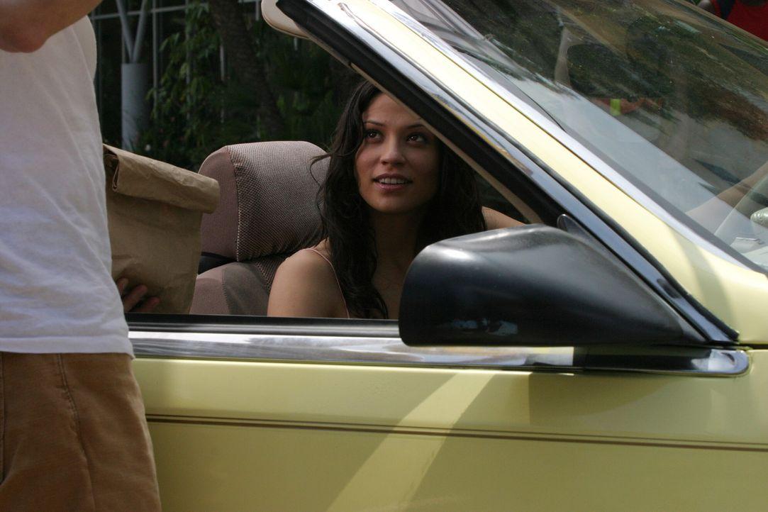 Theresa (Navi Rawat) vermutet, dass Ryan nur wegen des Babys bei ihr ist und schwindelt ihm deshalb vor, es verloren zu haben ... - Bildquelle: Warner Bros. Television