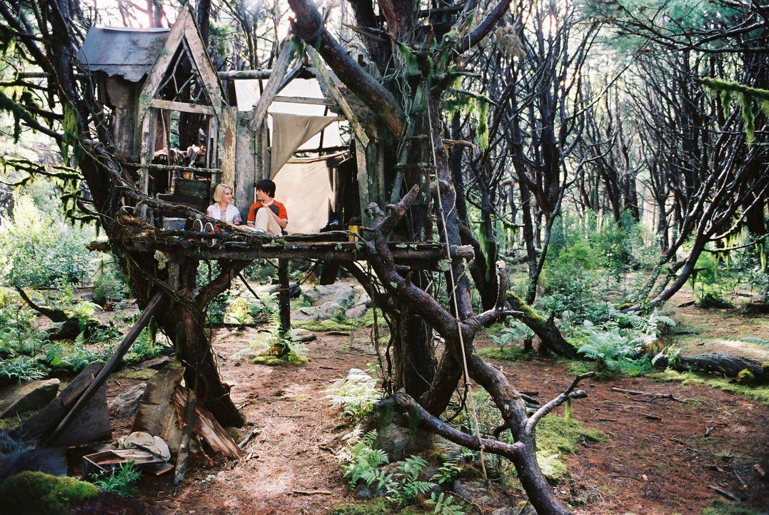 In Terabithia, einem geheimen magischen Königreich voller Fabelwesen, finden Jess (Josh Hutcherson, r.) und Leslie (Anna Sophia Robb, l.) Zuflucht v... - Bildquelle: 2006 Constantin Film, München