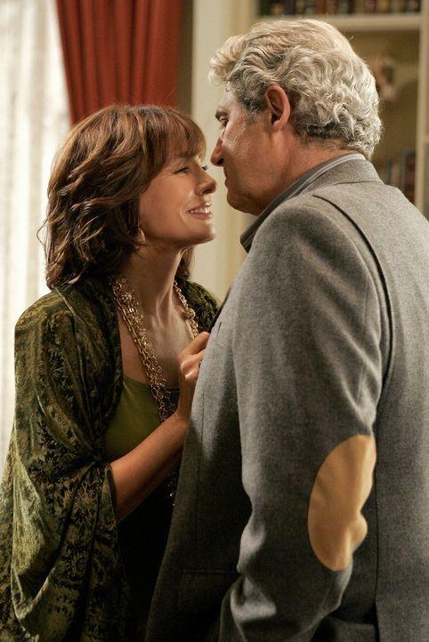 Reist Laurel (Anne Archer, l.) nach: der verliebte Miles (Michael Nouri, r.) ... - Bildquelle: Warner Bros. Television