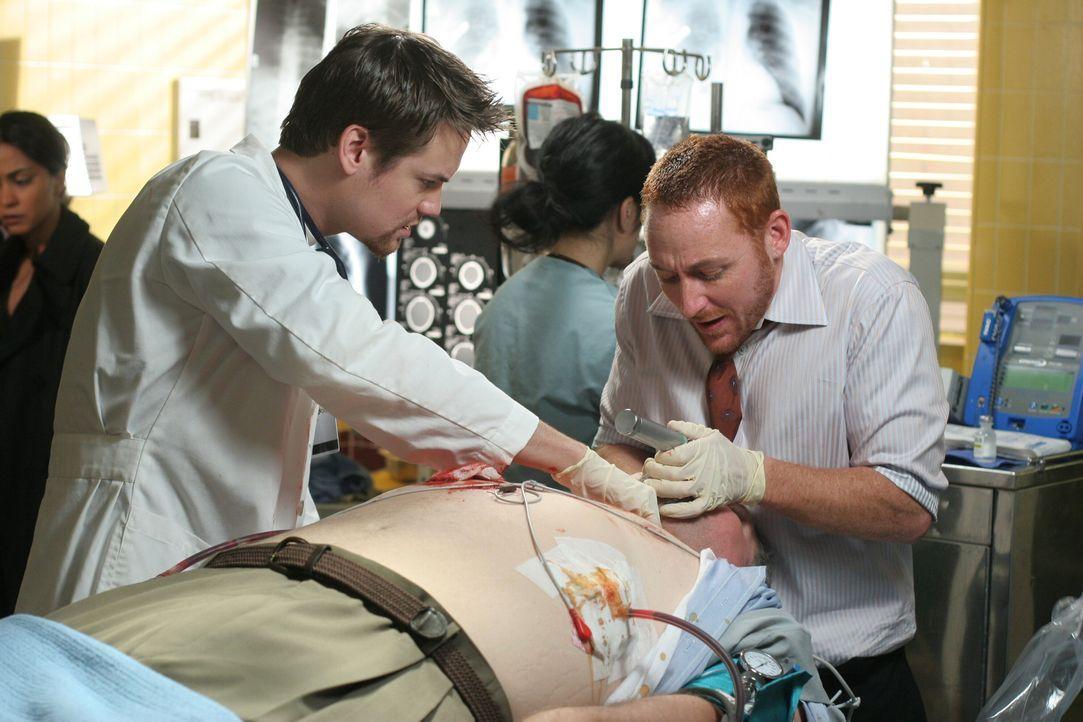 Es geht um Leben und Tod: (Shane West, l.) und Dr. Archie Morris (Scott Grimes, r.)  ... - Bildquelle: Warner Bros. Television