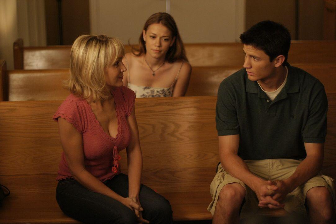 Deb (Barbara Alyn Woods, l.), Nathan (James Lafferty, r.) und Haley (Bethany Joy Galeotti, M.) sind verzweifelt, weil Dan im Koma liegt ... - Bildquelle: Warner Bros. Pictures