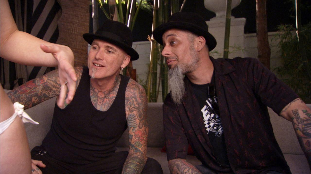 Tattoo-Legende Dirk Vermin (l.) und sein Kumpel Rob Ruckus (r.) machen Las Vegas unsicher, ihr Ziel: die fürchterlichsten Tätowierungen des Landes z... - Bildquelle: 2013 A+E Networks, LLC