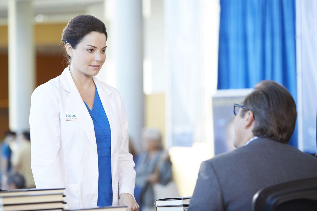 Alex (Erica Durance, l.) bekommt von dem renovierten Chirurgen  Dr. MacLeod (Currie Graham, r.) ein verlockendes Angebot ... - Bildquelle: Ken Woroner 2014 Hope Zee Three Inc.